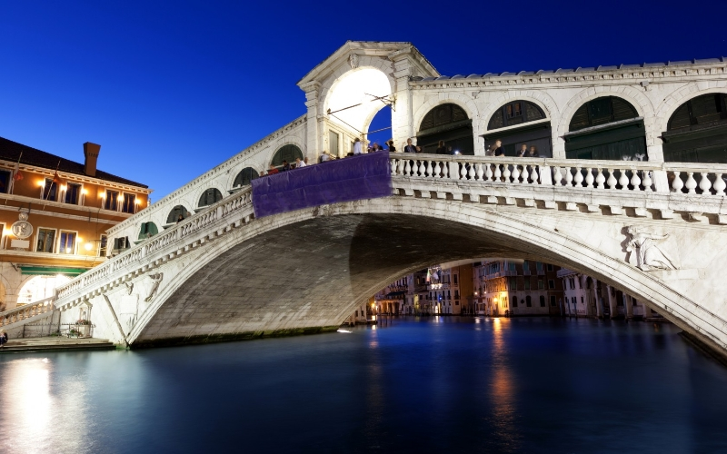 Rialto Bridge at Night, Venice, Italy - Lizenzfreies Foto.